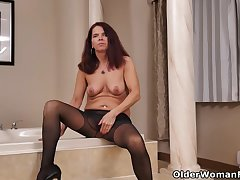 Nyloned milf Candy from Canada needs possessions off