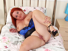 Chunky milf Diamond from burnish apply UK fucks herself